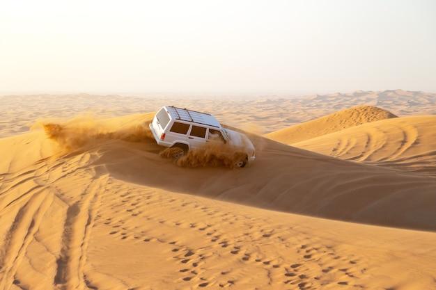 Dubai, emiratos árabes unidos, desierto: carreras de coches. editorial