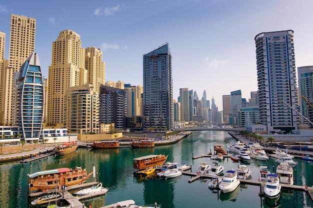Dubai marina con barcos y edificios, emiratos árabes unidos
