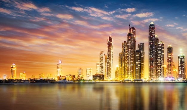 Dubai marina durante el crepúsculo