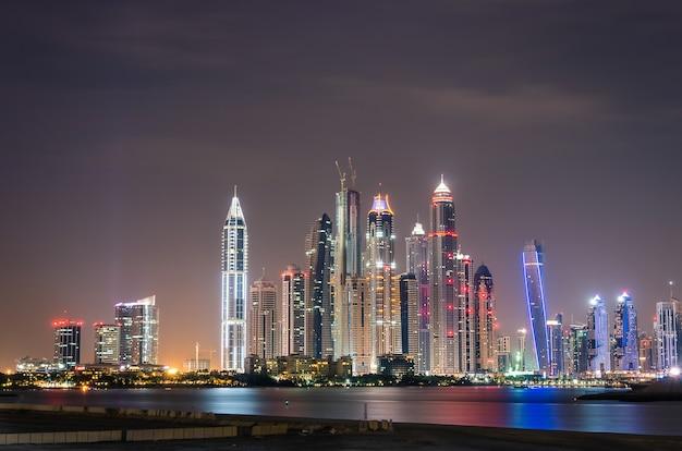 Dubai marina horizonte por la noche