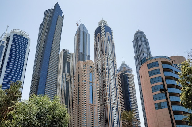 Dubai el paseo marítimo de dubai marina temprano en la mañana. rascacielos en dubai.