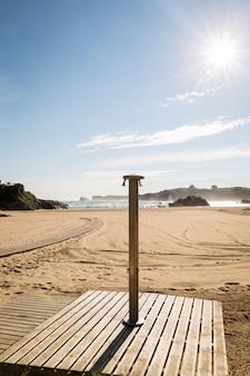 Ducha en una hermosa playa soleada