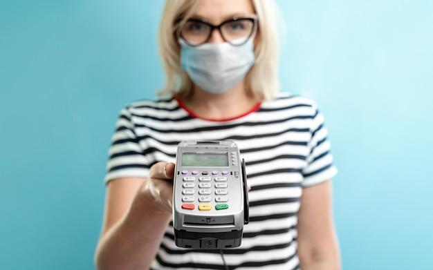 Dueña de una empresa caucásica recibe el pago con un teléfono inteligente sin contacto.