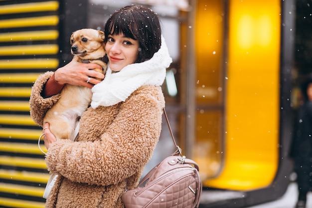 Dueño feliz del perro con pequeña mascota