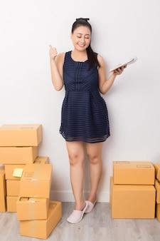 Dueño de negocio trabajando con cajas