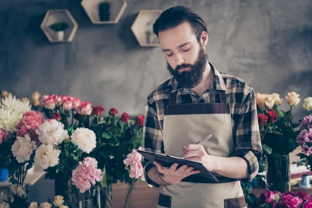 Dueño de una pequeña empresa en su florería