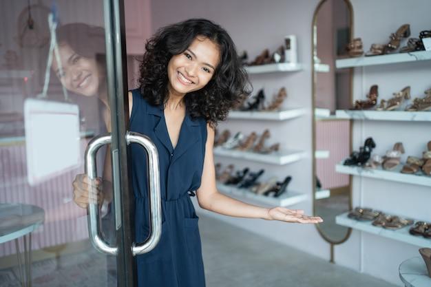 Dueño de una tienda de moda asiática en su boutique