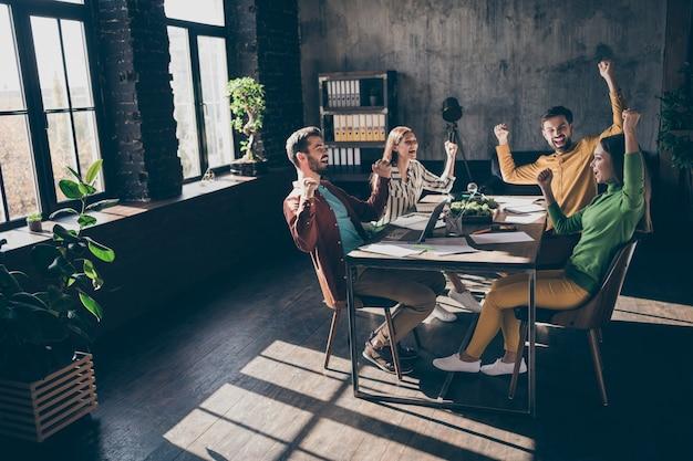 Dueños de la empresa de empresarios alegre alegre alegre vistiendo ropa formal informal celebrando ganar gran avance