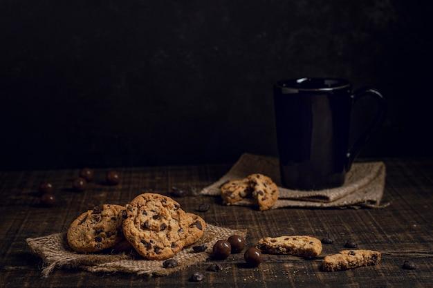 Dulce chocolate caliente con galletas.