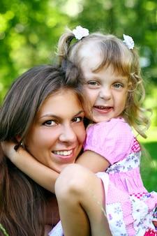 Dulce y hermosa chica con mamá