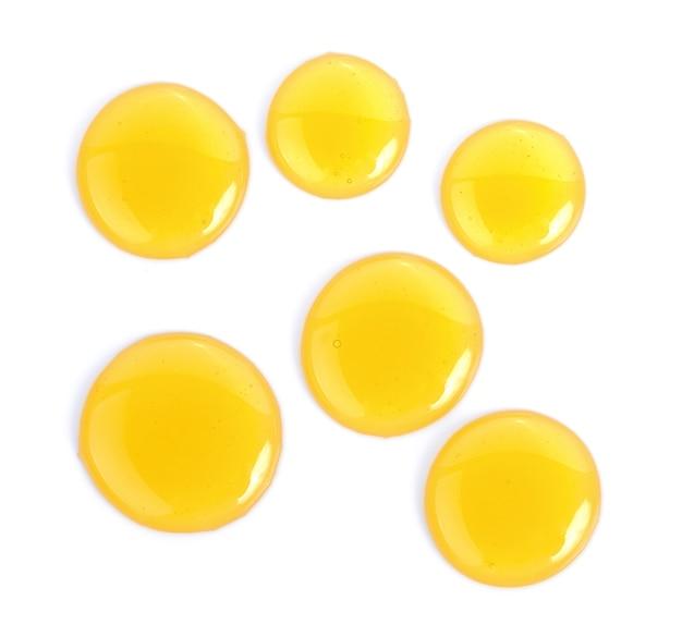 Dulce miel aislada sobre fondo blanco