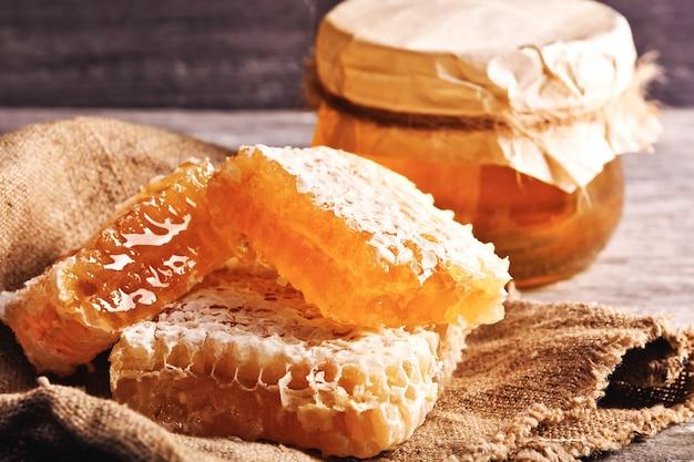 Dulce miel en el peine, tarro de cristal.