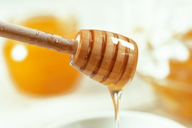 Dulce miel sobre la mesa