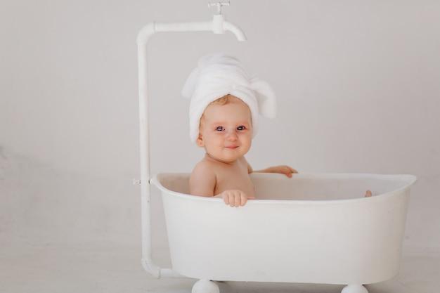 Dulce niña en el baño