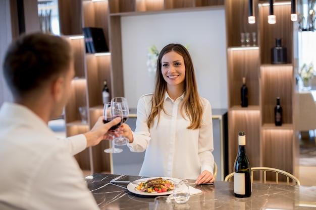 Dulce pareja con una cena romántica en la cocina de lujo