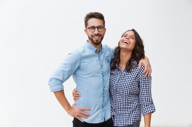 Dulce pareja feliz abrazándose unos a otros