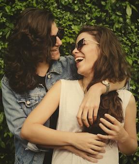 Dulce pareja de lesbianas enamorada
