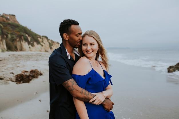 Dulce pareja en la playa