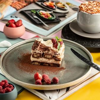 Dulce pastel sobre la mesa