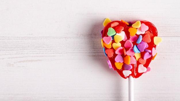 Dulce piruleta recubierta de dulces coloridos