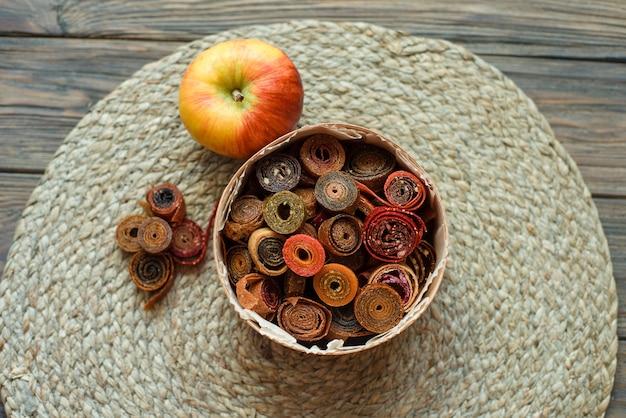 Dulce puré de frutas en pastilla. rollitos de fruta caseros. dulces naturales de frutas y bayas secas.