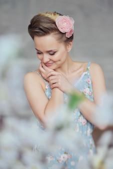 Dulce tierna mujer joven niña pijamas flores y trenzas cabello soñando posando en un estudio