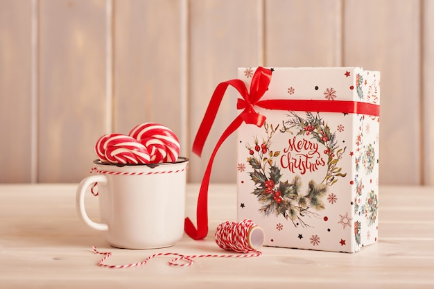 Dulces de año nuevo malvaviscos, piruletas y leche en la mesa con regalos