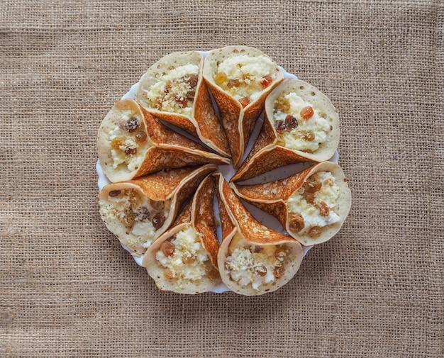 Dulces árabes. panqueque árabe relleno de queso dulce y pistachos.