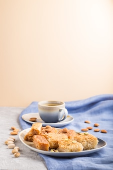 Dulces árabes tradicionales y una taza de café. vista lateral