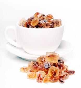 Dulces de azúcar en un palo sobre fondo blanco.