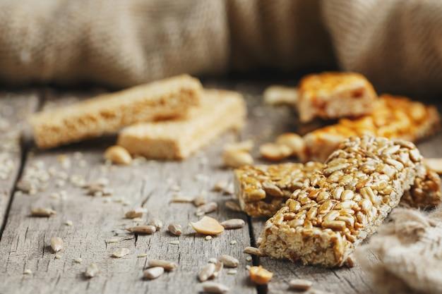 Dulces barra de semillas de girasol. deliciosos dulces orientales gozinaki de semillas de girasol, ajonjolí y maní, cubiertos de miel con un glaseado brillante
