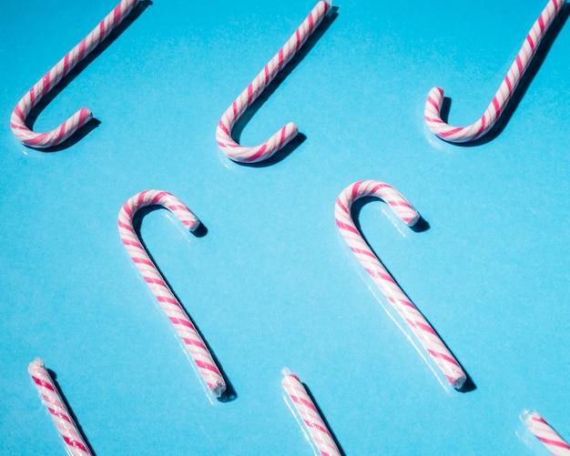 Dulces de caña de menta de navidad sobre fondo azul