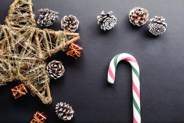 Dulces de caña de navidad y decoración navideña