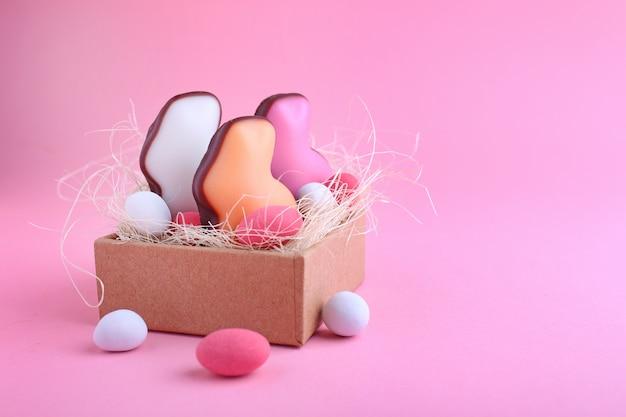 Dulces para celebrar la pascua. dulces en forma de conejito de pascua y huevo de chocolate en la caja.