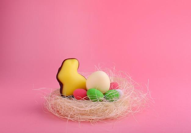 Dulces para celebrar la pascua. dulces en forma de conejito de pascua y huevos de chocolate. copia espacio