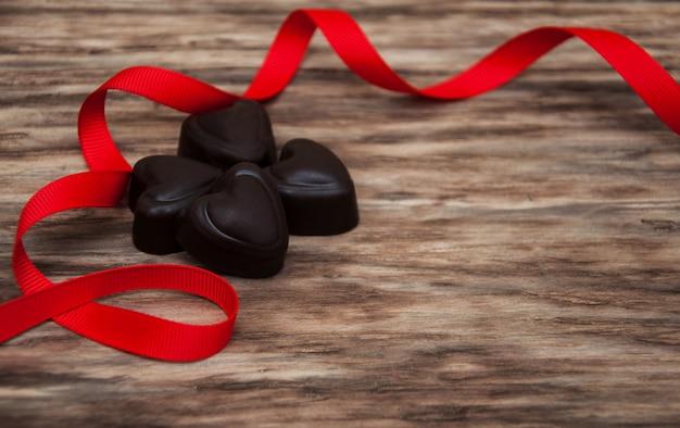 Dulces de chocolate y cinta roja