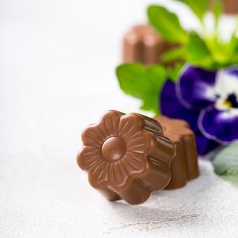 Dulces de chocolate en forma de flor