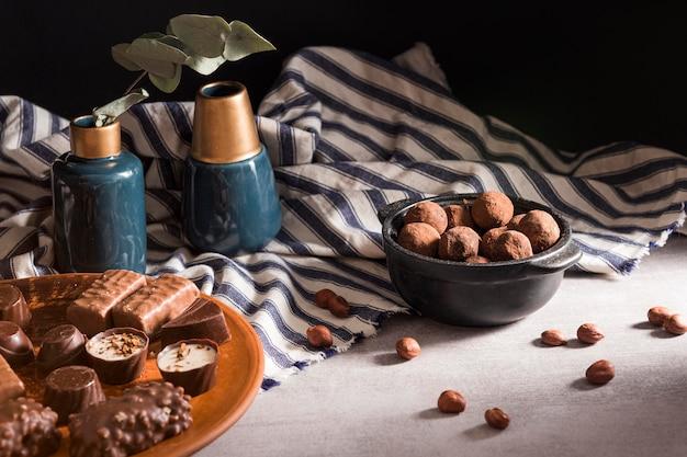 Dulces de chocolate en un plato y trufas de chocolate en un tazón