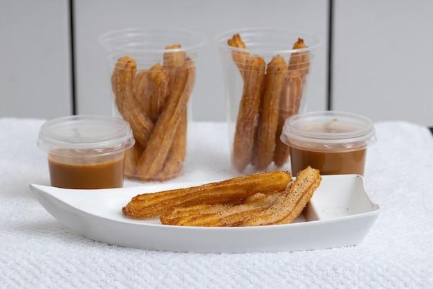 Dulces de churros fritos con azúcar en blanco