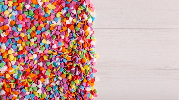 Dulces de corazón colorido con espacio de copia