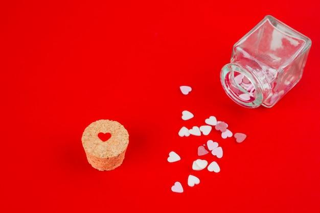 Dulces de corazón esparcidos de la jarra