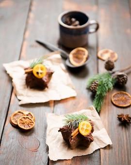 Dulces cubiertos de chocolate con cítricos secos y canela