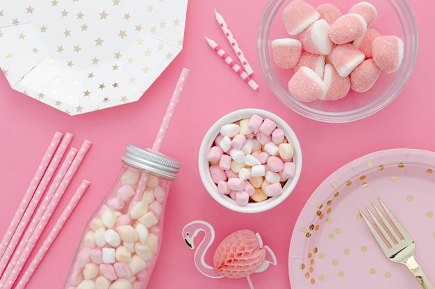 Dulces de cumpleaños en la mesa