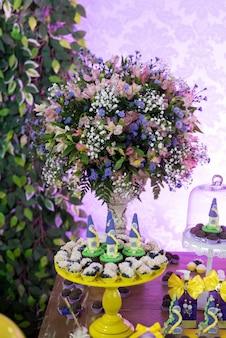 Dulces y decoración en la mesa - tema de jardín de cumpleaños infantil