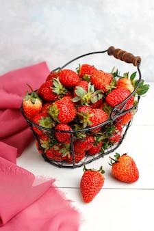 Dulces deliciosas fresas en la cesta, vista superior