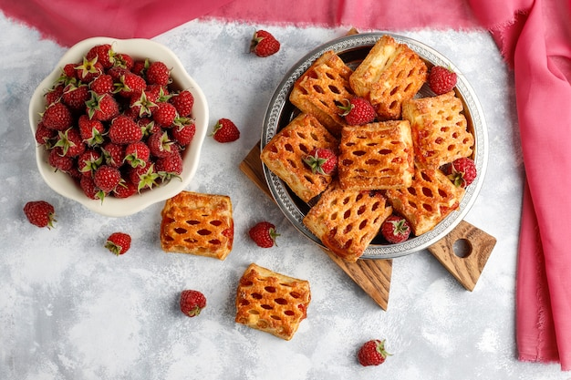 Dulces deliciosas galletas de frambuesa con frambuesas maduras, vista superior