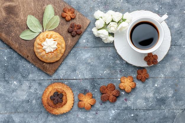 Dulces deliciosas galletas con una taza de café el piso rústico gris galleta de azúcar galleta dulce