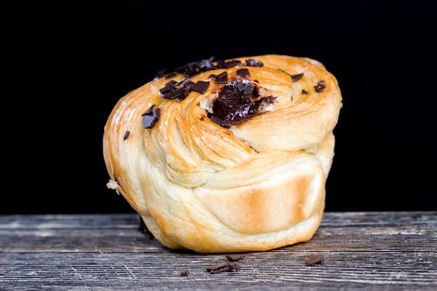 Dulces y deliciosos pasteles con trozos de chocolate, bollo de harina de trigo dulce con trozos de chocolate y relleno de chocolate