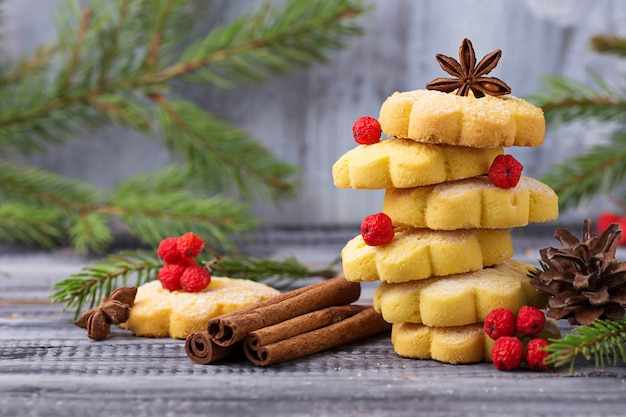 Dulces galletas de mantequilla en forma de árbol de navidad