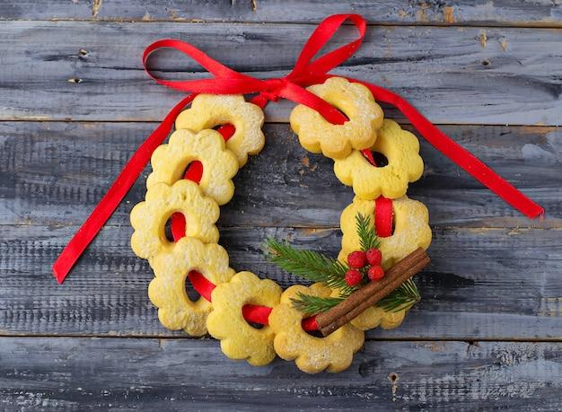 Dulces galletas de mantequilla en forma de una corona de navidad